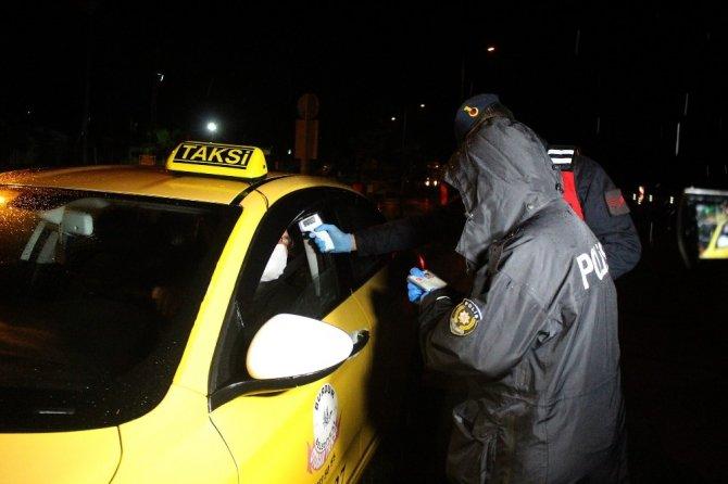 Seyahat kısıtlamasının kaldırılmasının ardından Antalya'ya girişler yağmur altında başladı