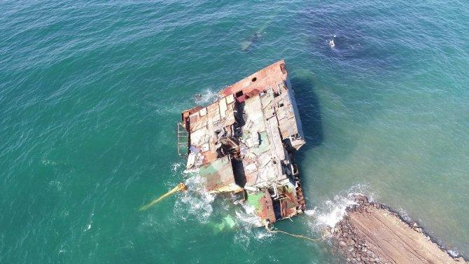 Şile'de karaya oturan gemi parçalanarak karaya çıkartılıyor