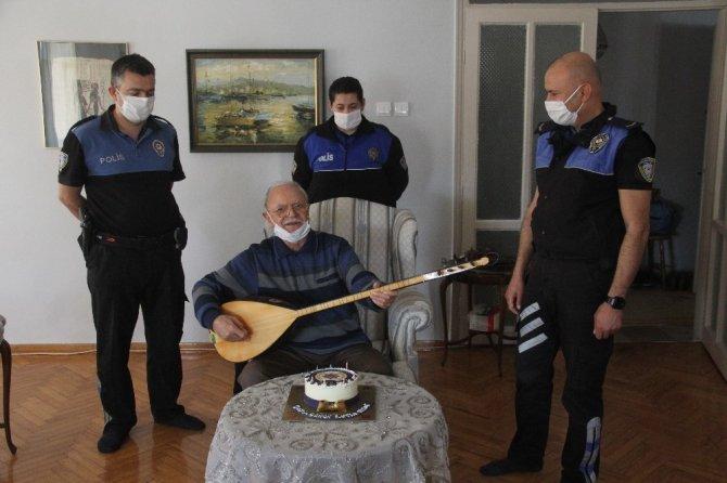 Polisin doğum günü sürprizi emektar avukatı duygulandırdı