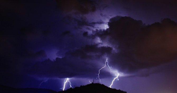Bayburt'ta şimşekler geceyi aydınlattı