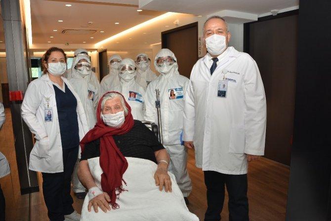 92 yaşındaki Covid-19 hastası alkışlarla taburcu oldu