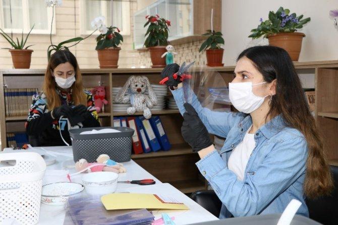 Sağlık çalışanları için günde 200 siper maske üretiyorlar
