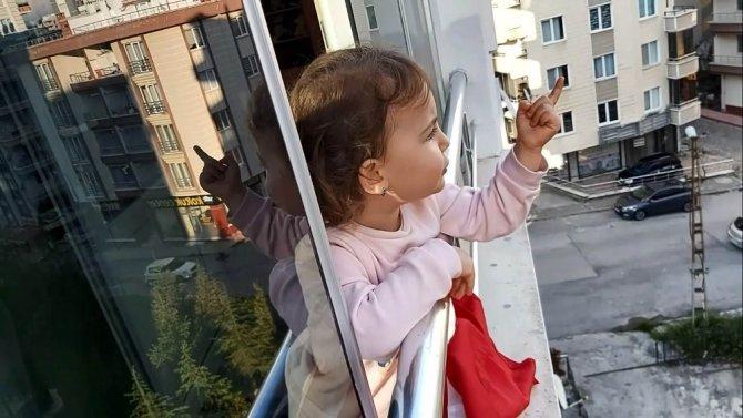 2,5 yaşındaki minikten sokakta dolaşanlara ilginç tepki