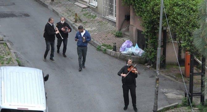 """Şişli sokaklarında müzik şöleni; """"Yar saçların lüle lüle, Korona sana güle güle"""""""