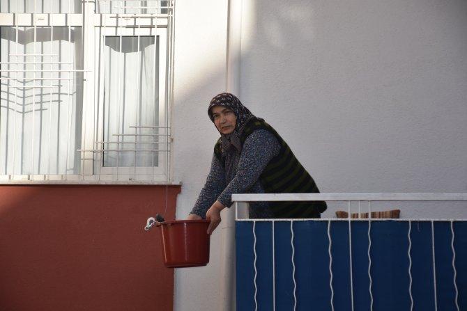 Ziyarete gidemeyen komşular, yemekleri sepet ve teleferik ile gönderiyor