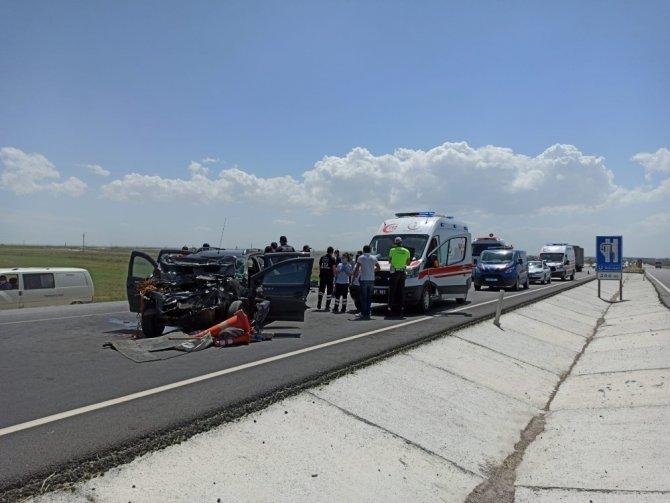 Otomobil yol denetim kamyonetine çarptı: 3 yaralı