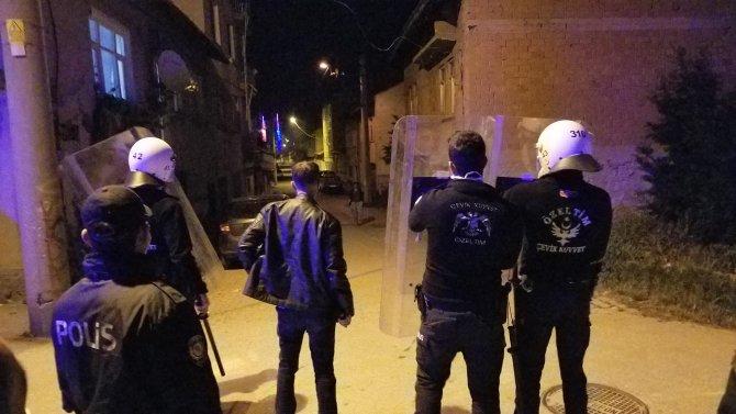 Hamile kadını tekmeleyen alkollü muhtar, kendisini linçten kurtaran polise de saldırdı
