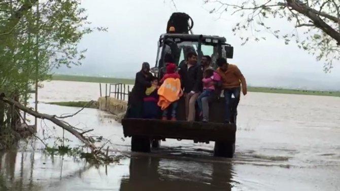 Selde mahsur kalan köylüler kepçeyle kurtarıldı