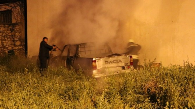 Park halindeki pikap alev alev yandı