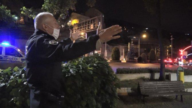 Polis, bankta oturup kahve içen vatandaşları görünce şaşkınlığa uğradı