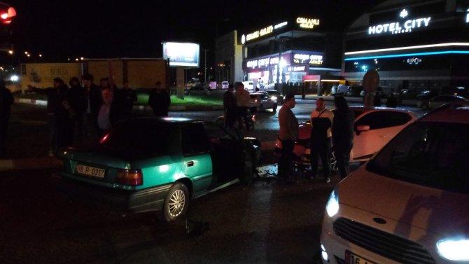 Zincirleme kazaya neden olan sürücü, yaralı arkadaşını bırakıp kaçtı