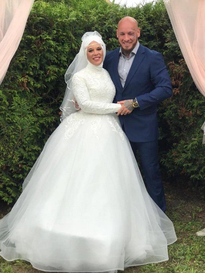 Şampiyon dövüşçünün nişanlısı da İslam'ı seçti