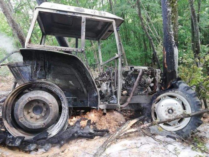 Seyir halindeki traktörü bir anda alev aldı