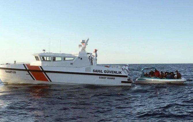 Tekne arızalandı, 14 kaçak göçmen...