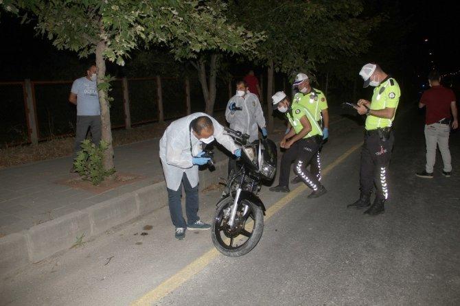 Seyir halindeki motosiklet devrildi: 1 ölü