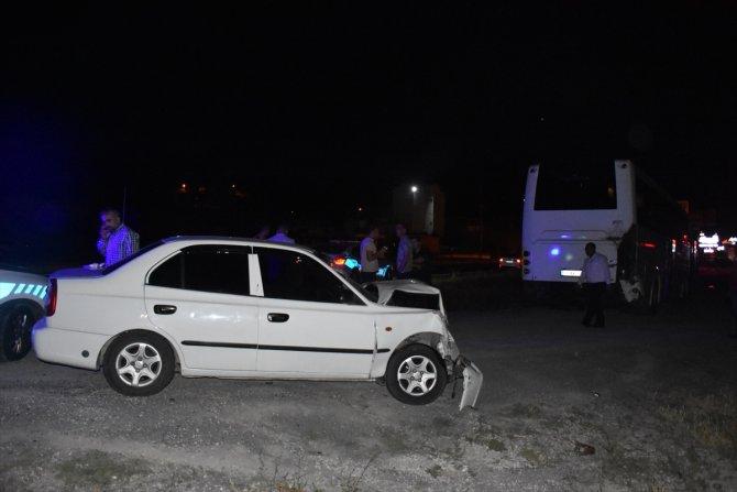Otomobil otobüse çarptı: 9 yaralı