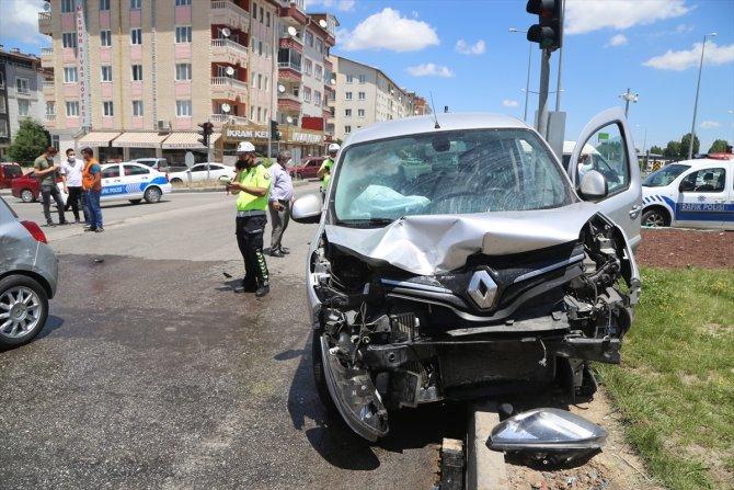 Sivas'ta hafif ticari araçla otomobil çarpıştı: 2 yaralı