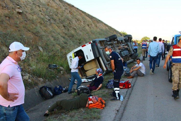 Lastiği patlayan minibüs devrildi: 16 yaralı