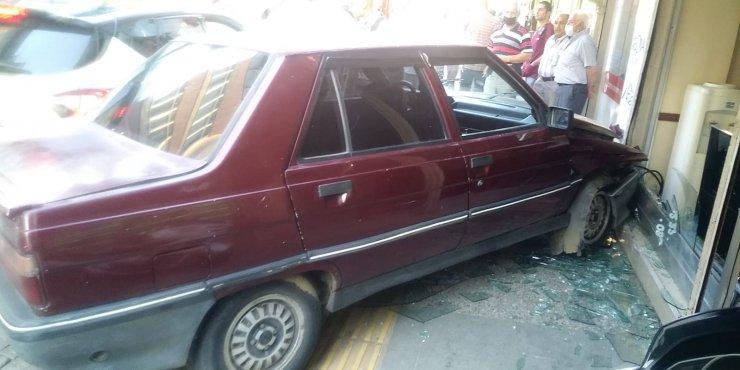 Otomobilin kadına çarpıp ardından dükkana daldığı anlar kamerada
