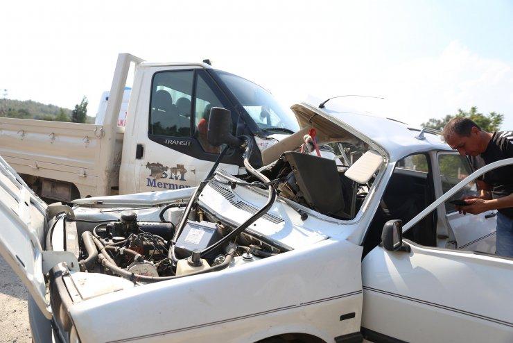 Kamyonetle otomobil çarpıştı: 1 ölü, 1 yaralı