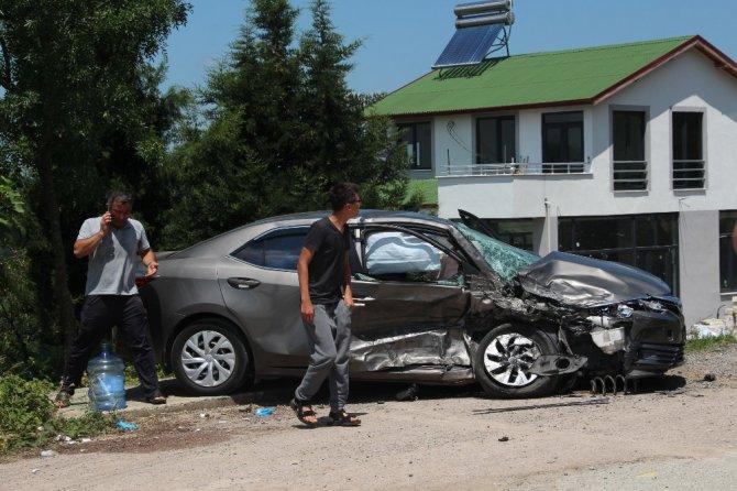 Hafif ticari araçla otomobil kafa kafaya çarpıştı: 2'si çocuk 5 yaralı