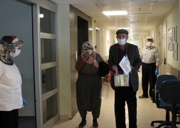 Konya'da koronavirüsü yenen 68 yaşındaki çift alkışlarla taburcu edildi