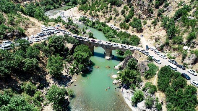 Kavurucu sıcaktan bunalanlar tarihi 'Taşköprü'de serinliyor