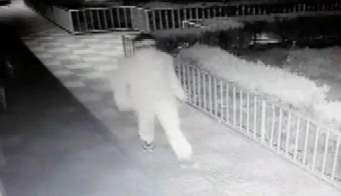 Hırsız kamerayı kırdığını zannetti, kendisini kayda aldı