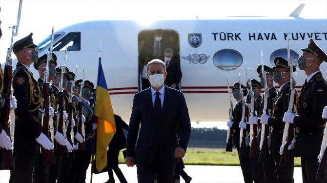 """Bakan Akar'ı Kiev'de duygulandıran """"not"""""""