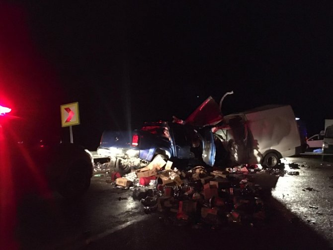 Ticari araçla kamyonet çarpıştı: 2 ölü, 4 yaralı