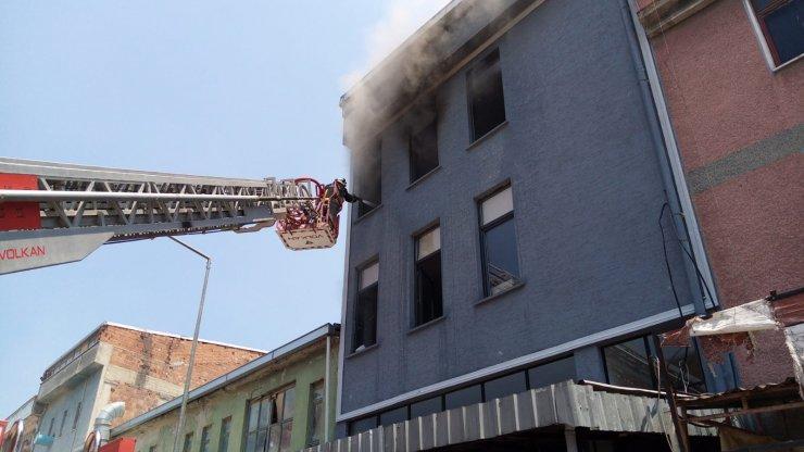 Mobilya deposunda çıkan yangın, söndürüldü