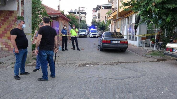 Sokakta otomobillerle karşılaşan 2 grup arasında silahlı kavga: 3 yaralı