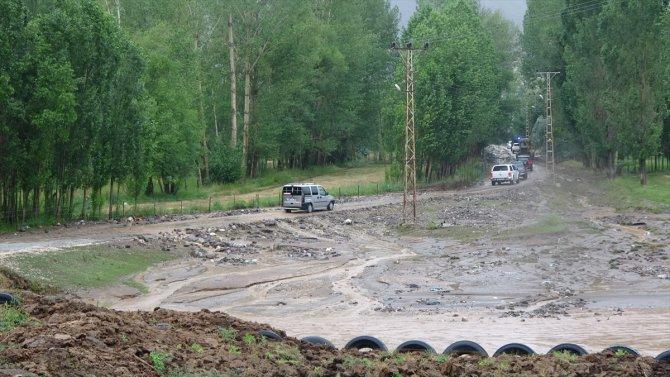 Bitlis'te sağanak ve dolu su baskınlarına neden oldu