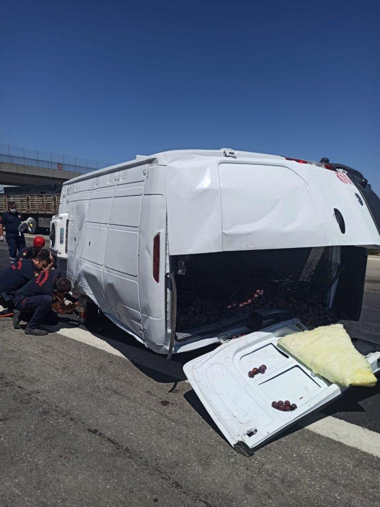 Lastiği patlayan minibüs devrildi: 1 ölü, 1 yaralı