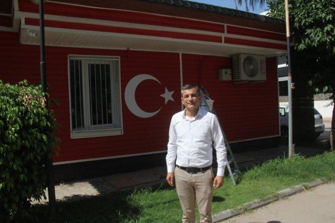 15 Temmuz anısına muhtarlık binasını bayrak renginde boyattı