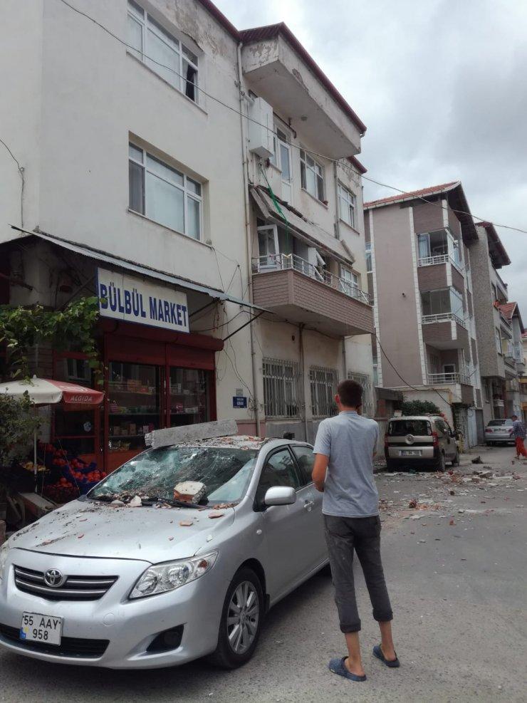 Balkon çöktü, park halindeki otomobillerde hasar oluştu