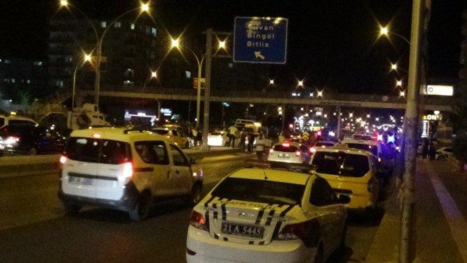 Hurdaya dönen araçtan 3 kişi yaralı çıkarıldı