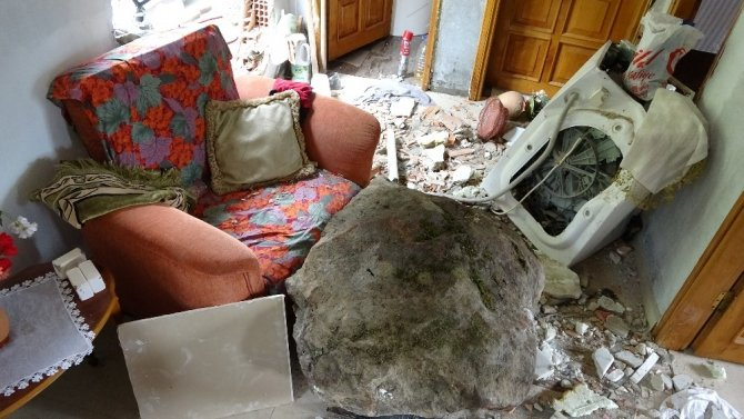 1 tonluk kaya yuvarlanıp eve isabet etti