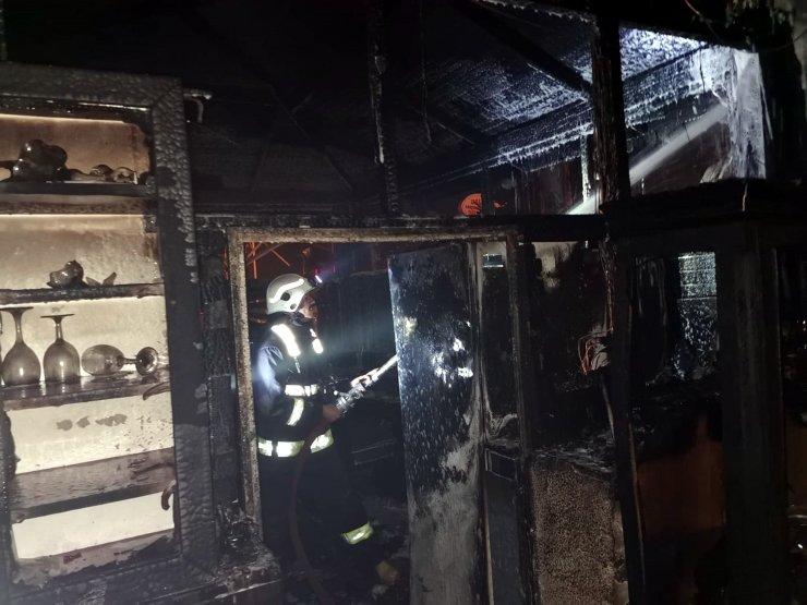 Antalya'da çıkan yangında restoran kül oldu