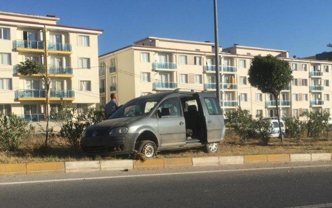 Aydın'da lastiği patlayan otomobil refüje çıktı