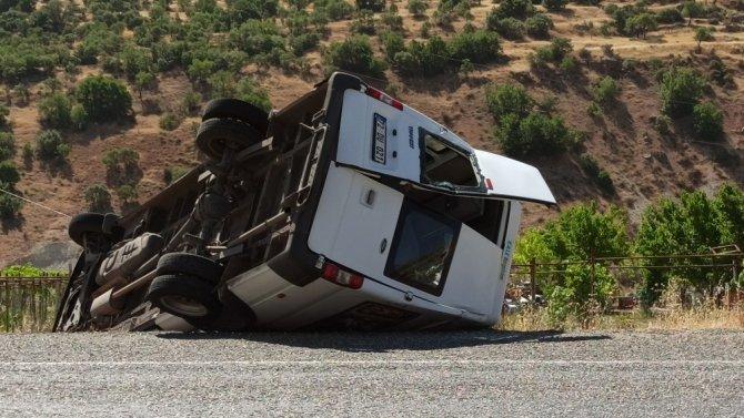 Direksiyon hakimiyeti kaybedilen minibüs şarampole yuvarlandı: 1'i ağır 12 yaralı