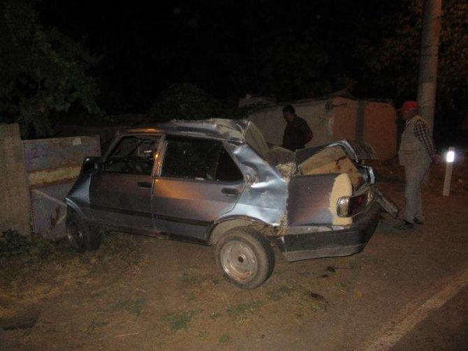 Kontrolden çıkan otomobil evin bahçe duvarına çarptı, 2 kişi yaralandı