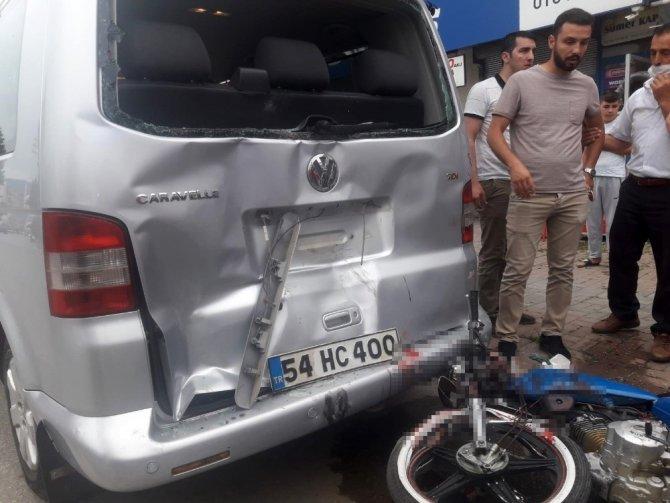 Motosiklet park halindeki panelvan araca çarptı: 2 yaralı