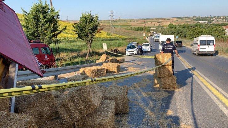 Arnavutköy'de saman yüklü kamyon devrildi