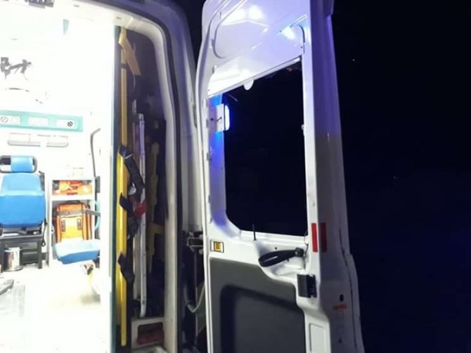 Bıçakla yaralanan kişi sağlık görevlilerine saldırıp, ambulansın camlarını kırdı