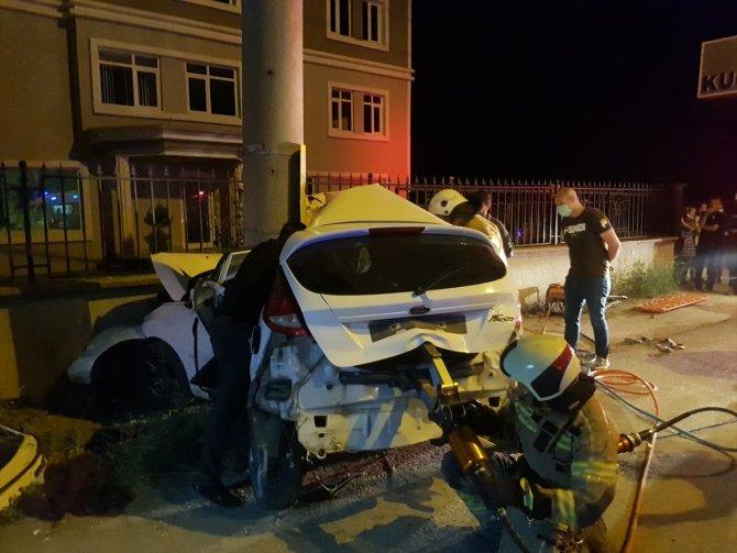 Otomobil elektrik direğine çarptı: 3 ölü, 1 yaralı