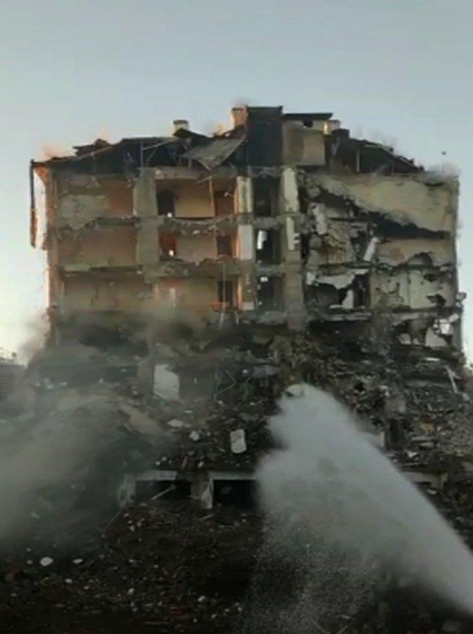 Elazığ'da hasarlı bina kontrollü şekilde yıkıldı