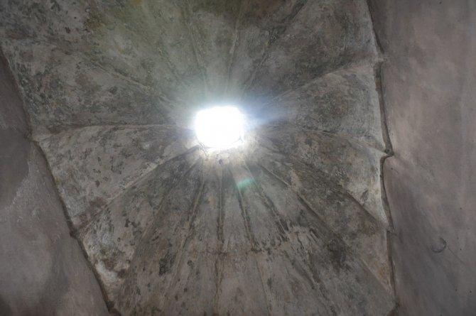 Kars'ta hamam duvarındaki figürler dikkat çekiyor