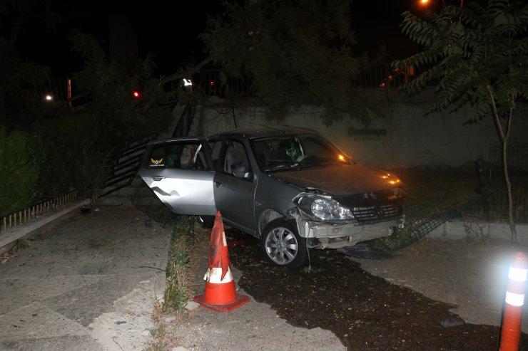 Kazada savrulanotomobil, apartman bahçesine uçtu: 3 yaralı