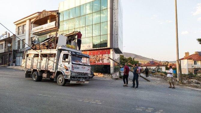 Konya'da aşırı yük taşıyan kamyonet telefon direğini devirdi